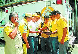 Sin tregua. Eduardo Mayén, izquierda, se reúne con sus compañeros en la base de Comandos de Salvamento para acudir a brindar auxilio todo el día. Foto: EDH